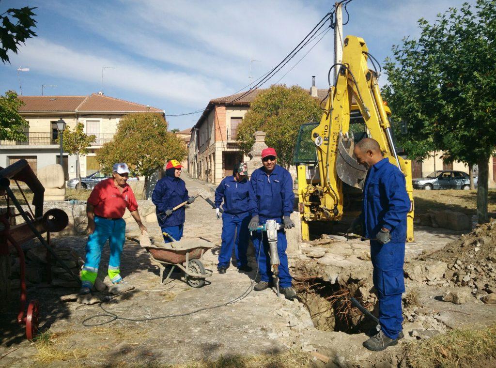 Para la sustitución de la red de tubería, los alumnos realizan una zanja en la plaza hasta la fuente. / ISMUR